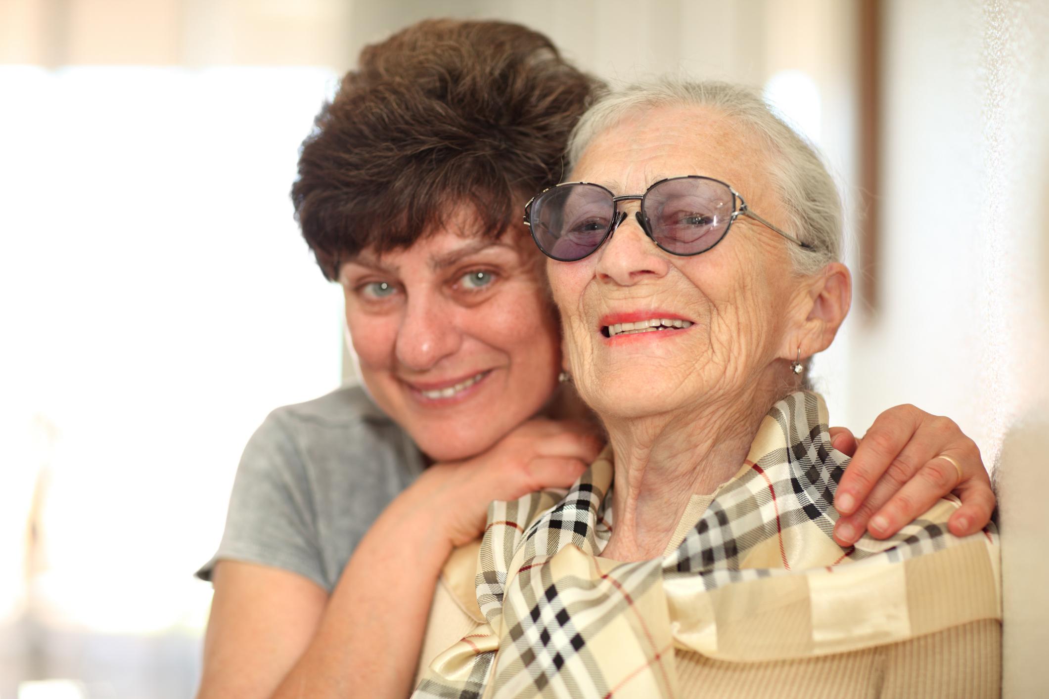 Сын и пожилая мать 18 фотография